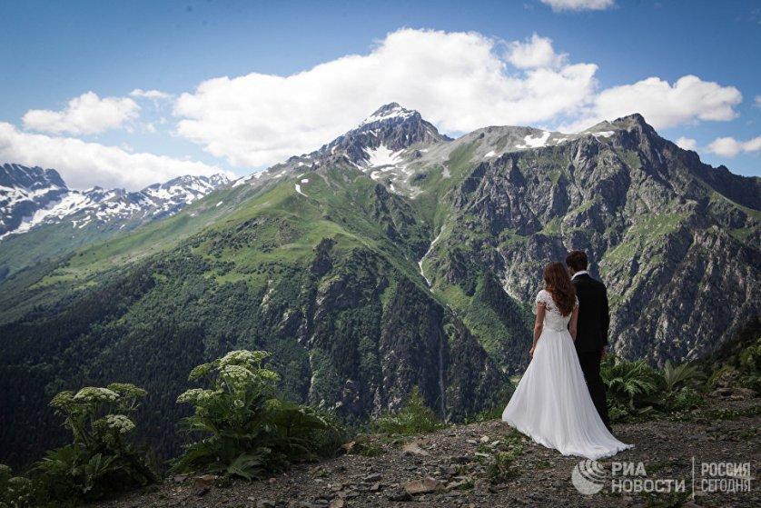 Свадебная церемония на горном курорте Домбай.