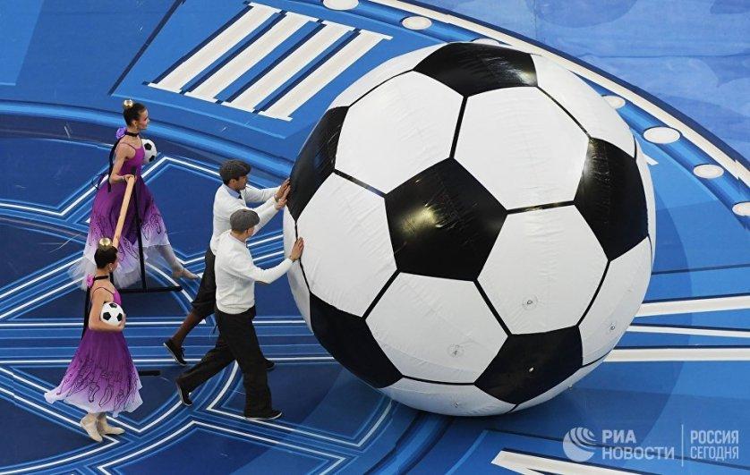 Торжественная церемония закрытия турнира началась с экскурса в прошлое, в конец XIX века, когда в России был сыгран первый футбольный матч.