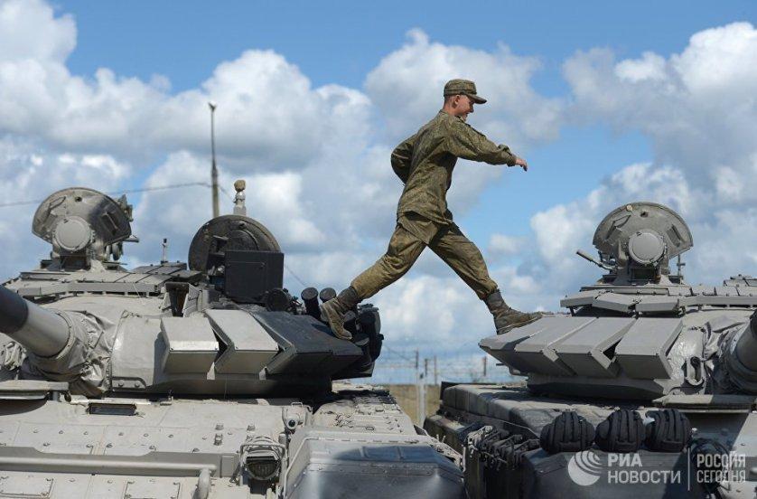 """Военнослужащий перед началом репетиции международного этапа конкурса """"Танковый биатлон"""" в Алабино."""