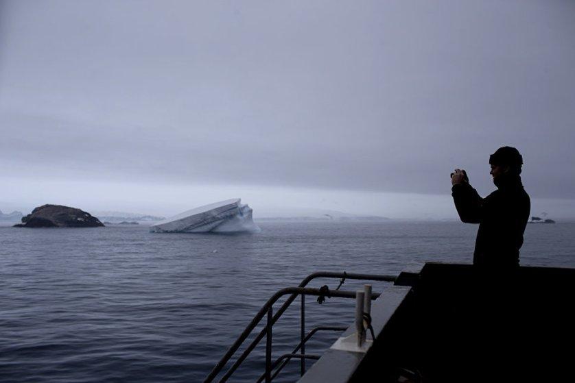 Заведующий мировым центром данных по морскому льду Арктического и антарктического научно-исследовательского института Василий Смоляницкий уверен, что айсберг-гигант не представляет угрозы судоходству, он будет долго дрейфовать в Южном океане, а таять при этом может десятилетиями.