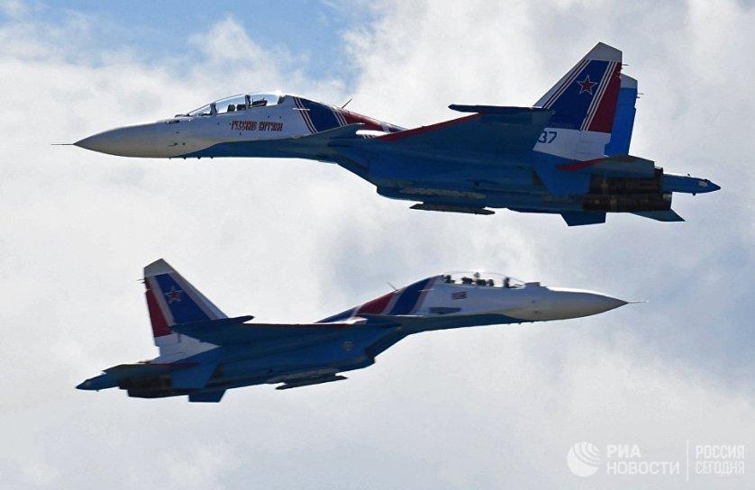 """Многоцелевые истребители Су-30СМ авиационной группы высшего пилотажа """"Русские Витязи"""" на Международном авиационно-космическом салоне МАКС-2017 в Жуковском."""