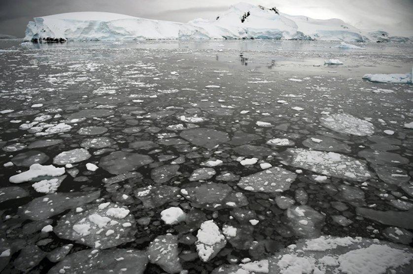 """Согласно последним научным исследованиям, на протяжении прошлого лета участки ледников в Антарктике, сопоставимые по площади с Францией, таяли не только """"снизу"""", но и на """"сверху"""", на границе между воздухом и льдами."""