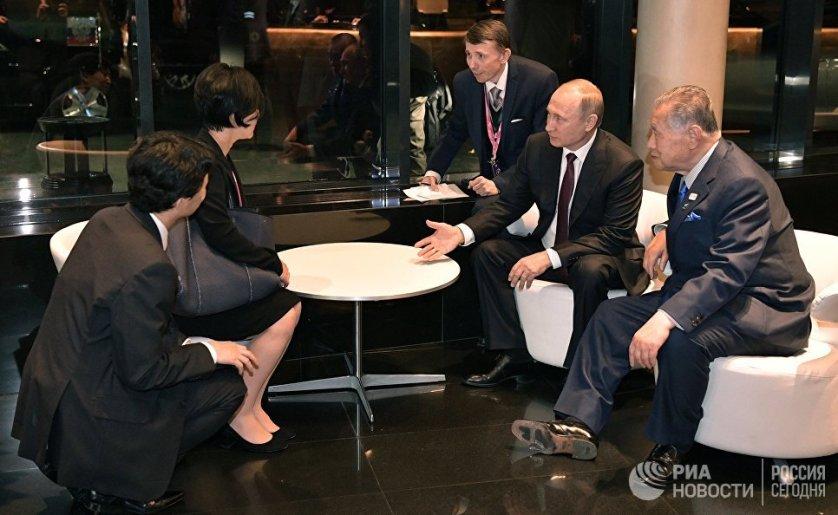 Президент России Владимир Путин и экс-премьер Японии Ёсиро Мори во время неформального ужина, 9 июля 2017 года