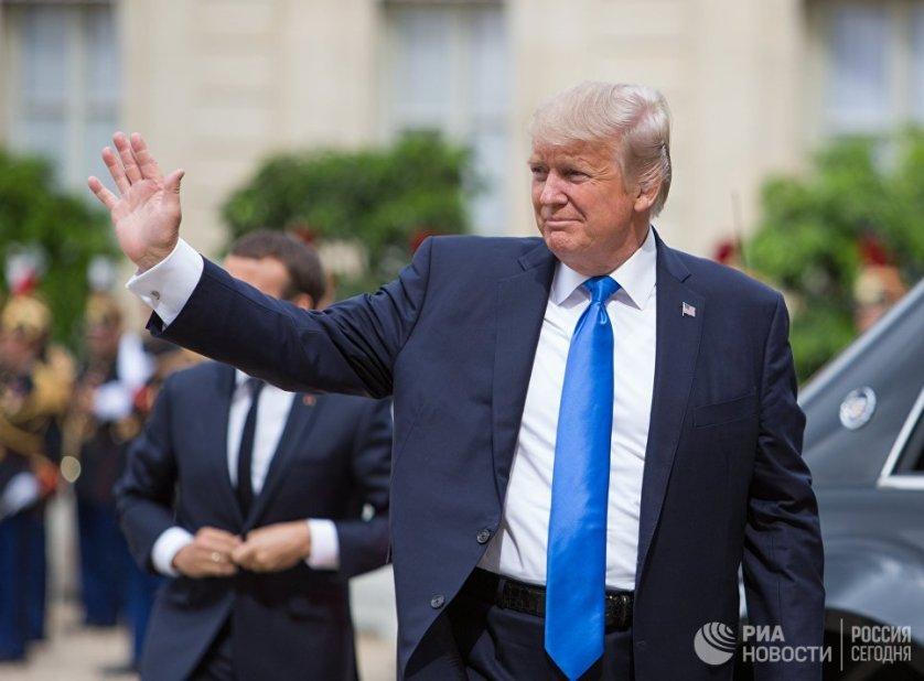 Президент США Дональд Трамп перед началом встречи с президентом Франции Эммануэлем Макроном в Париже. 13 июля 2017