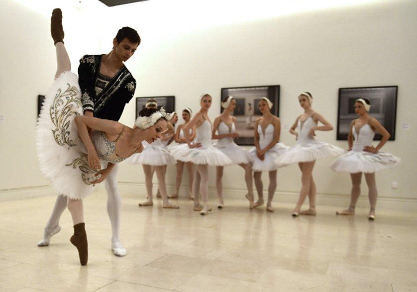 Артисты Санкт-Петербургского балета во время разминки перед выступлением в Музее изобразительных искусств в Мадриде.