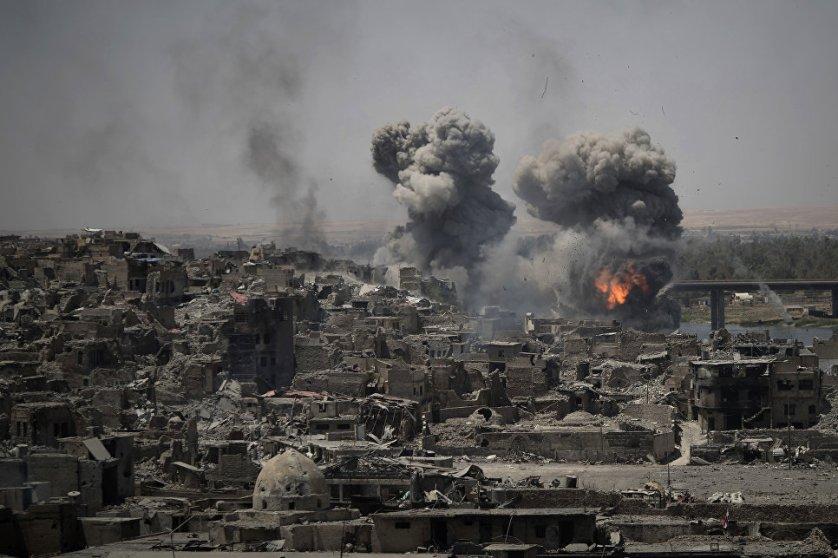 """Авиаудары по целям """"Исламского государства"""" (террористическая организация, запрещенная на территории России) в центре Мосула, Ирак."""