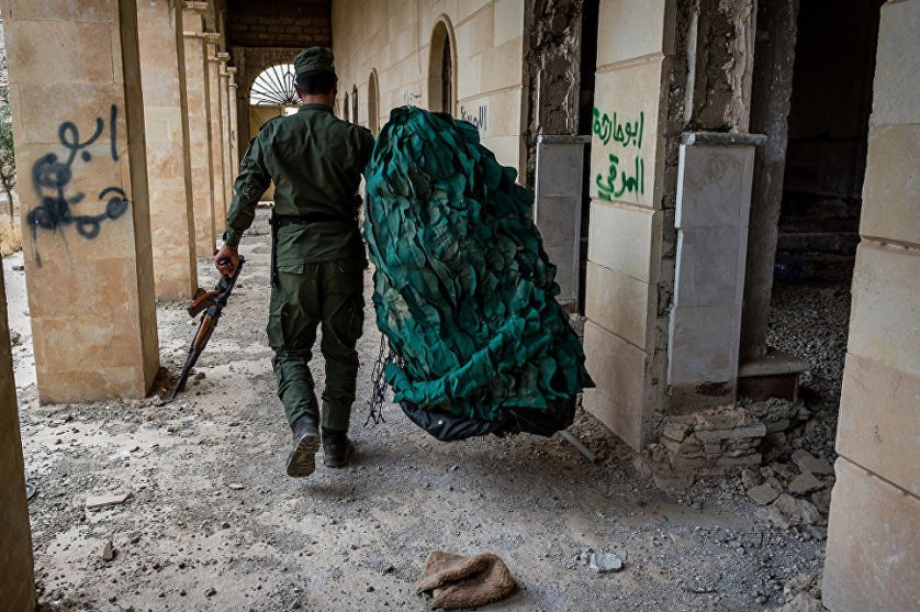 Действующие на передовых позициях вооруженные силы Пешмерга собирают снайперский камуфляж в Церкви Марора.