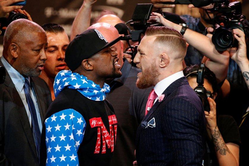 Американский боксер Флойд Мейвезер и ирландский боец ММА Конор Макгрегор на пресс-конференции в Лос-Анджелесе.