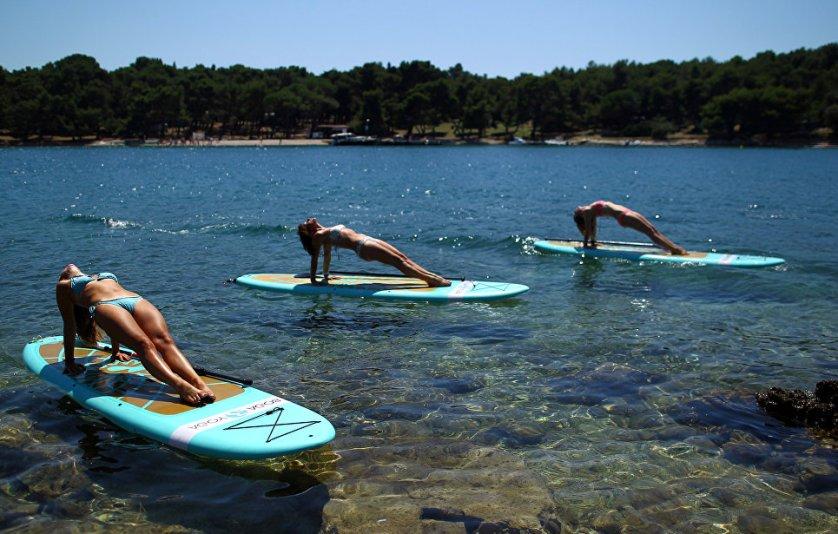 Занятия йогой на побережье Адриатического моря в Веруделе, Хорватия.