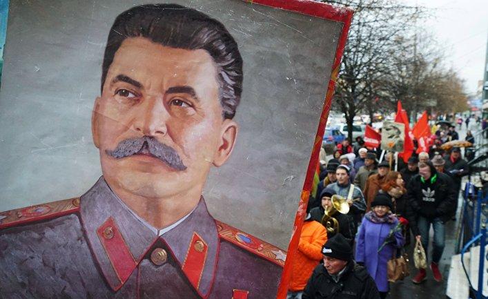 Участники шествия в Калининграде, посвященного 99-й годовщине Великой Октябрьской социалистической революции.