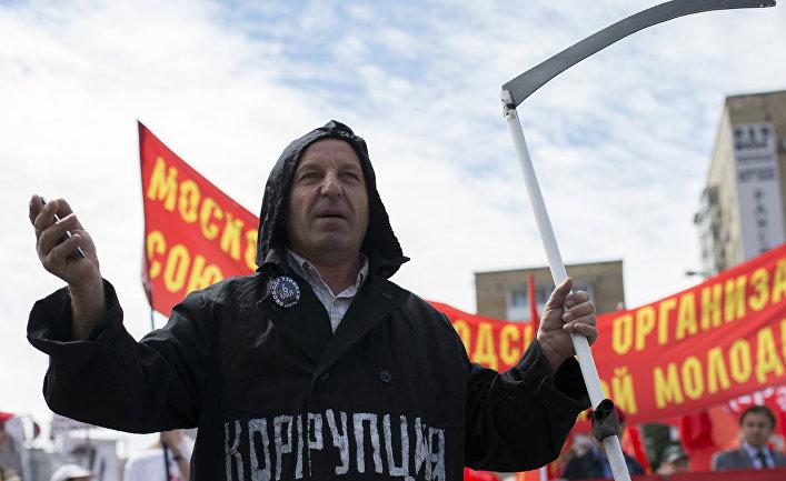 Участники шествия оппозиции на улице Большая Якиманка в Москве.