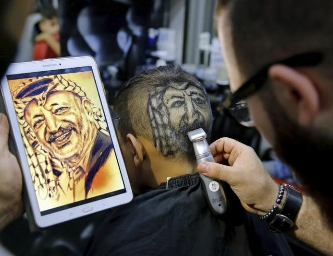 Сирийский цирюльник создает портреты на головах клиенто