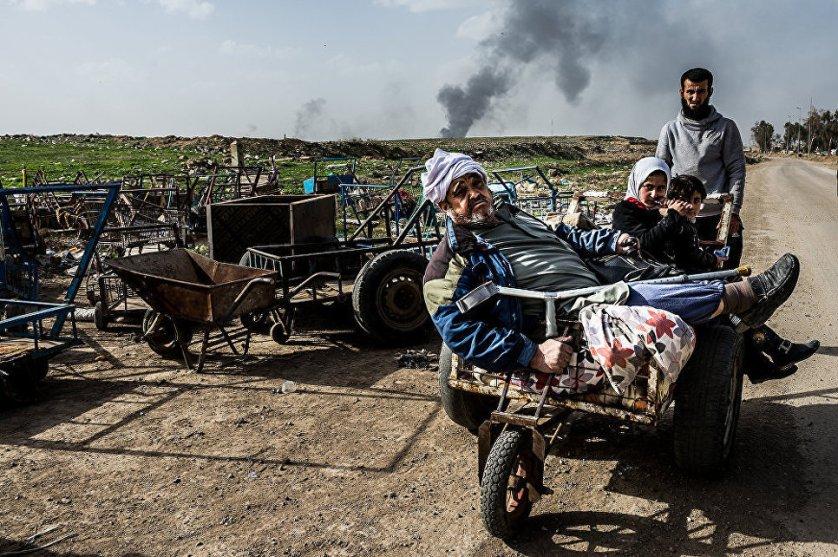 Мирные жители бегут из зоны аэропорта.