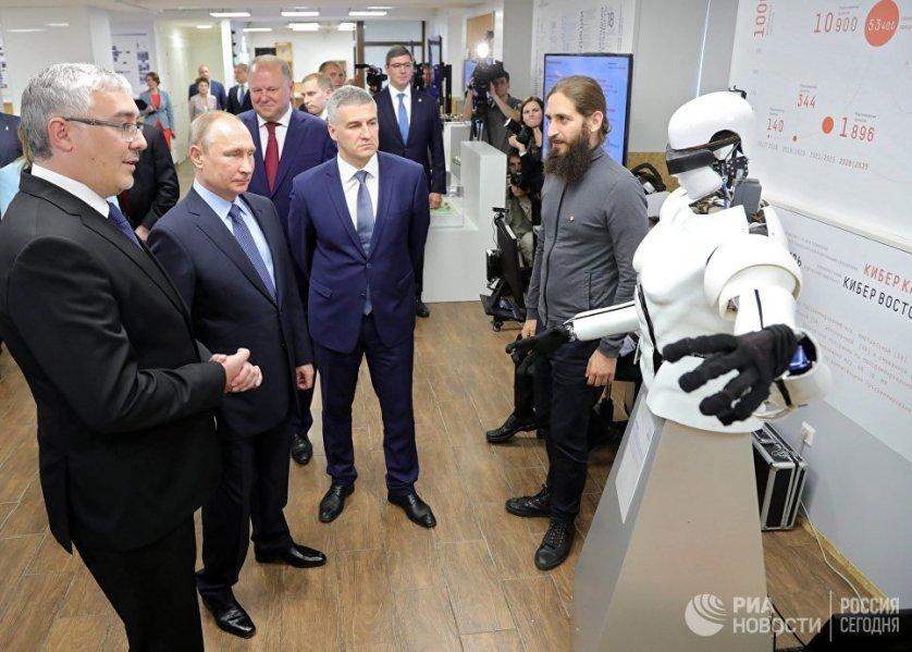 Президент России Владимир Путин во время осмотра выставки проектов, реализуемых при поддержке Агентства стратегических инициатив, в ИТ-парке Петрозаводского государственного университета.