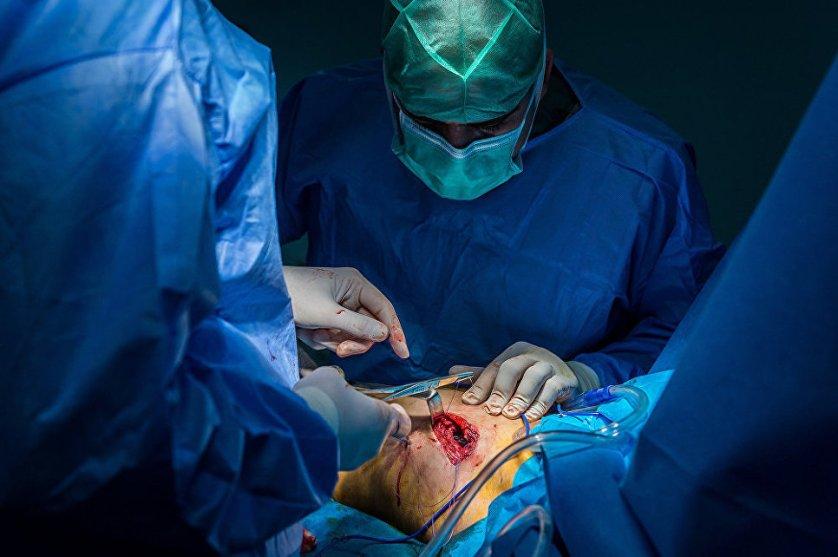Врачи удаляют шрапнель из грудной клетки ребенка.