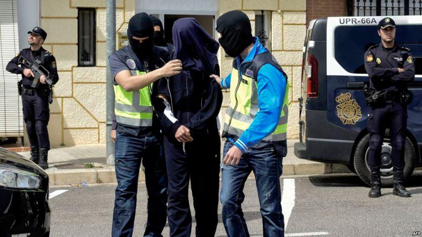 رجل يهاجم شرطيين بسكين على الحدود المغربية الإسبانية