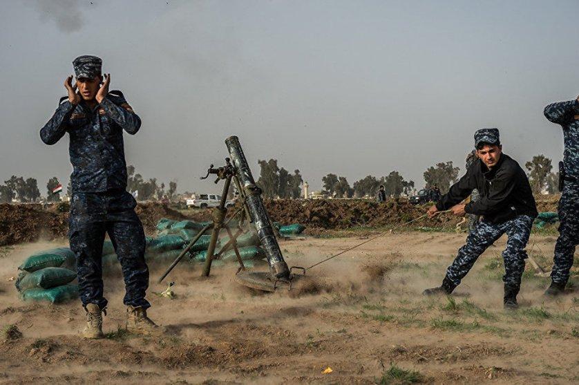 Военнослужащие Федеральной полиции ведут минометный огонь вблизи аэропорта.