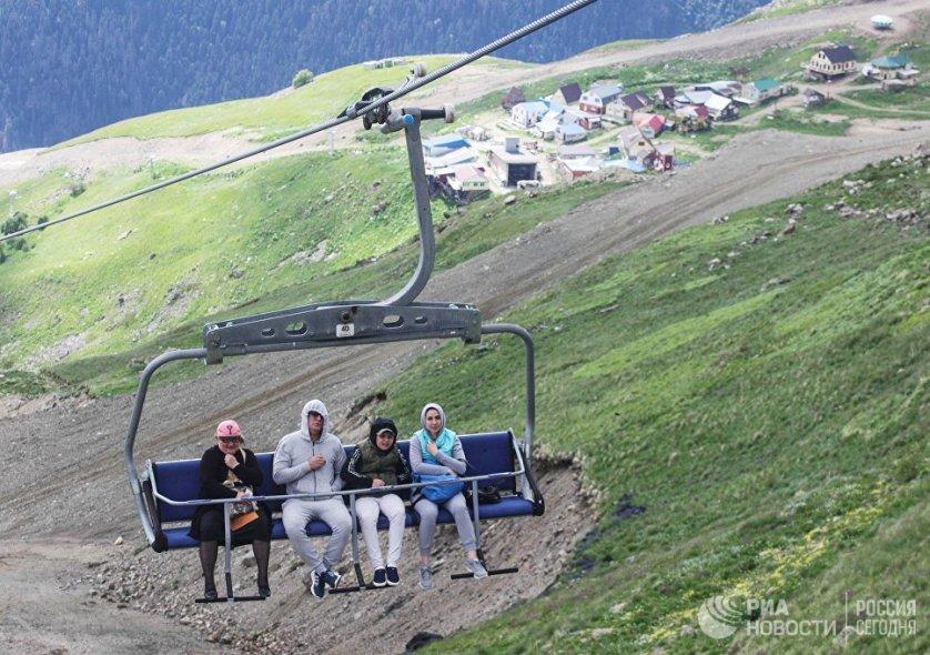 Для горнолыжников и отдыхающих на склоне горы Мусса-Ачитара проложены канатные дороги. Поднявшись на высоту 2400 метров, туристы могут полюбоваться панорамой цепи снежных гор шириной более 30 километров.