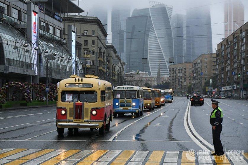Колонна раритетных автобусов на параде ретротехники во время празднования Дня московского транспорта.