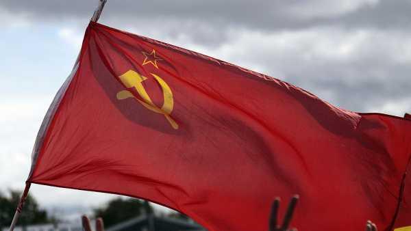 Во время выступления Трампа в Огайо мужчина развернул флаг СССР