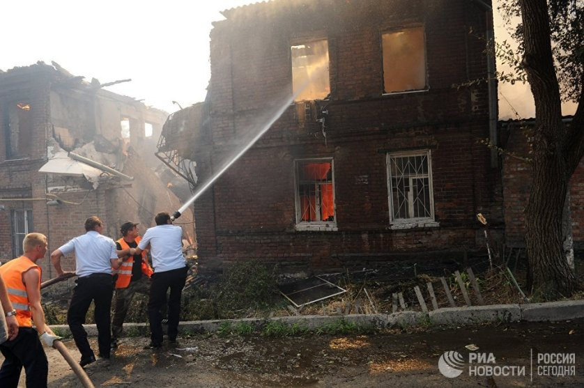 Более двадцати пяти частных домов в районе Театрального спуска загорелись в Ростове-на-Дону в понедельник в первой половине дня.