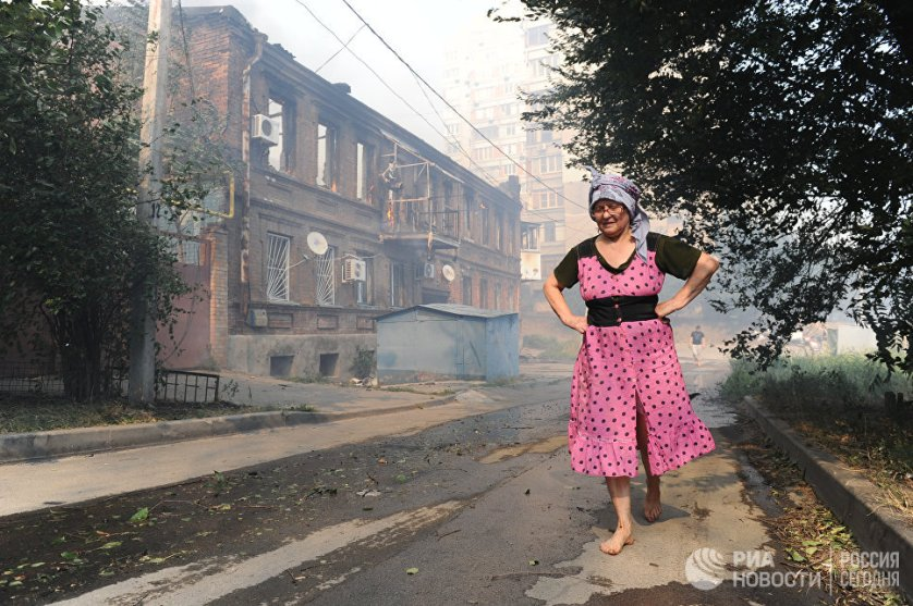 В МЧС сообщают, что угроза распространения огня на соседние здания пока сохраняется.