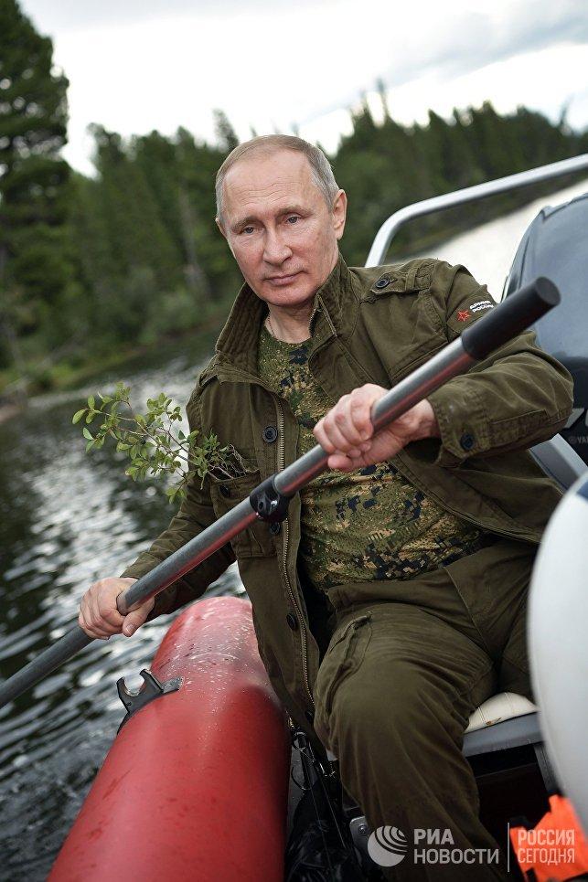 На фото Владимир Путин во время рыбалки.