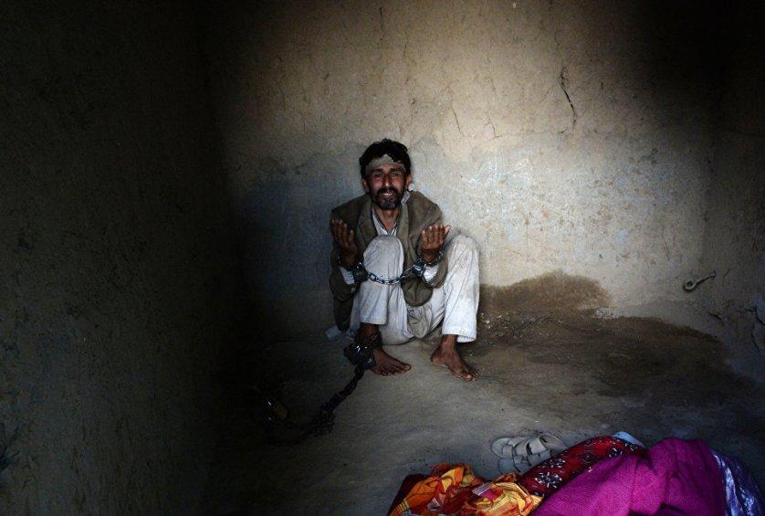 Мужчина прикован к стене в святыне Миа Али-Баба в деревне Самар-Хель на окраине Джелалабада РИА Новости https://ria.ru/world/20170823/1500889387.html