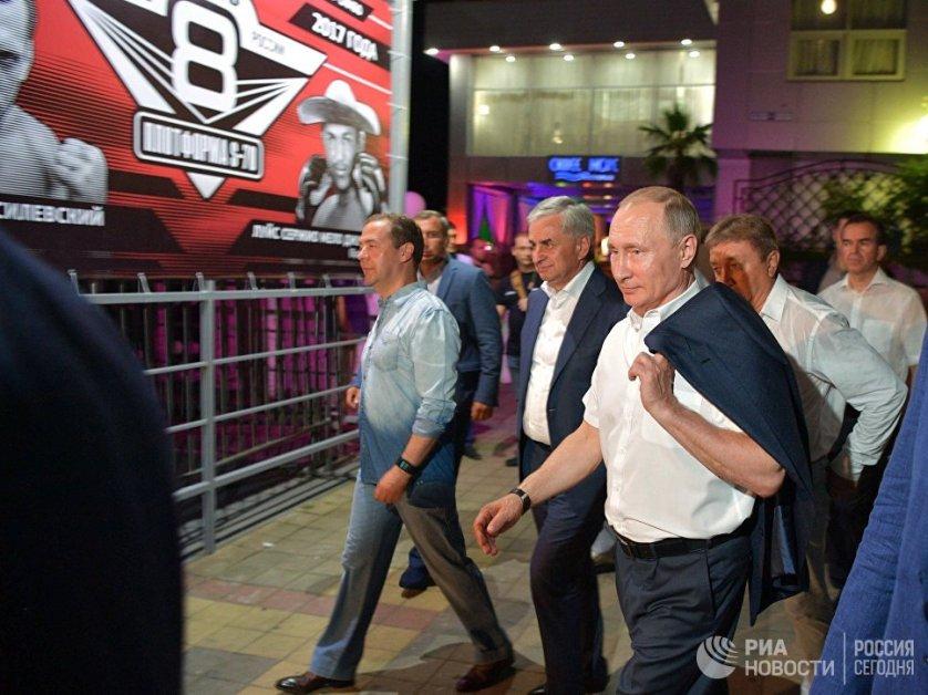 В этом году президента на мероприятии сопровождали глава Абхазии Рауль Хаджимба, премьер-министр Дмитрий Медведев, а также звезды российского хоккея Павел Буре, Евгений Малкин и Александр Овечкин.