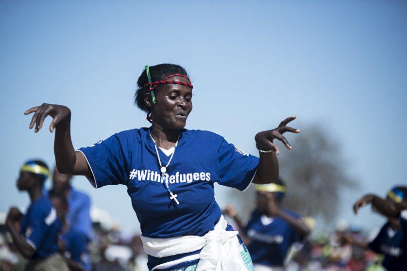 Мозамбикские беженцы исполняют традиционный танец Muchongoyo в Чипинге, Маникаланд, Зимбабве.