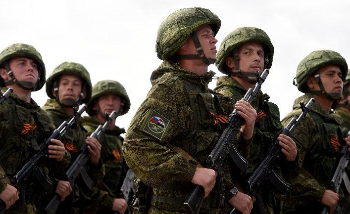 4 мая 2016. Российские солдаты во время репетиции парада победы на российской военной базе «Хмеймим» в провинции Латакия, Сирия.