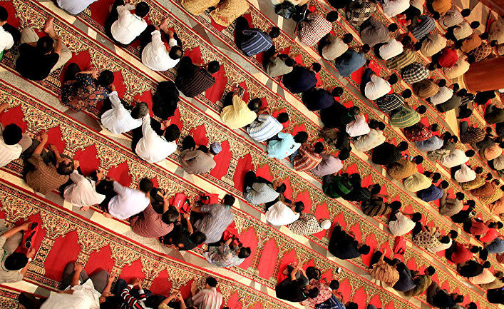 Мусульмане в мечети Джакарты