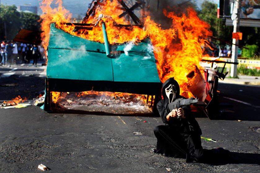 Участник марша памяти студентов, погибших в ходе акции протеста в 1975 году в Сальвадоре.