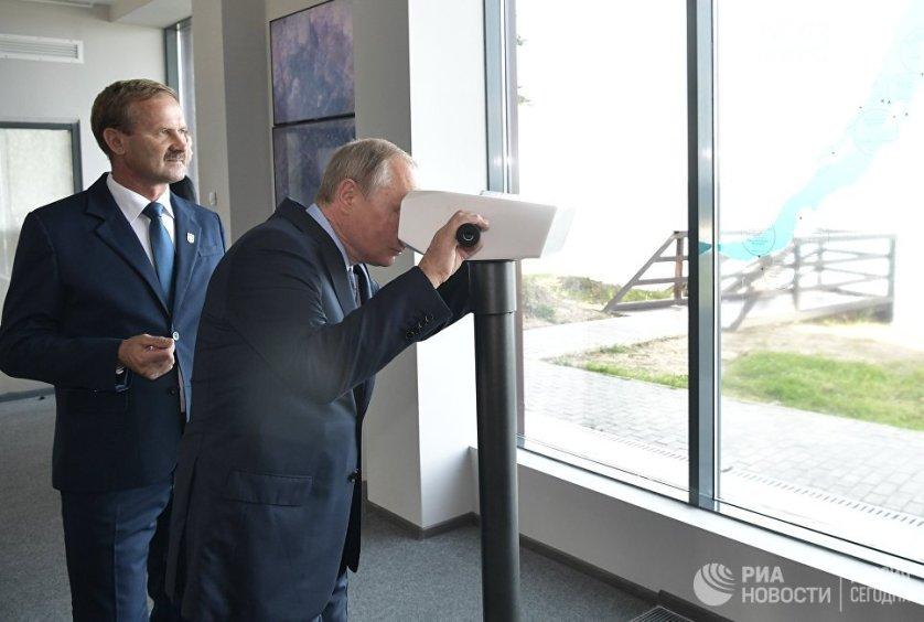 В туристическом центре Байкальского заповедника президент заглянул в виртуальный бинокль, с помощью которого можно увидеть фотографии разных достопримечательностей Байкала.