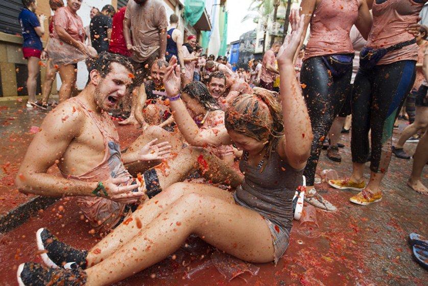 Официальным открытием фестиваля становится момент, когда одному из смельчаков удается влезть на столб, предварительно смазанный мылом, и стащить с самой верхушки кусок испанского прошутто.