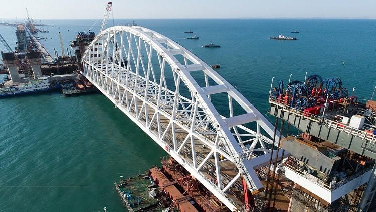 بدء تركيب قوس مرور القطارات في جسر القرم