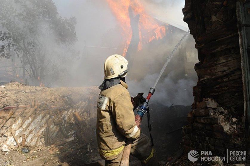 Работы по тушению пожара осложняет сильный ветер, порывы которого достигают 15 метров в секунду.