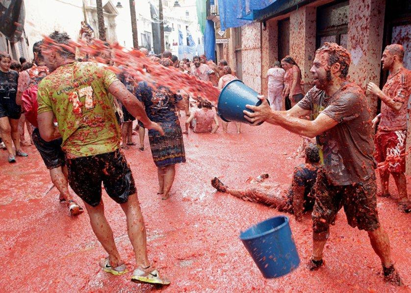 """Организаторы праздника настойчиво советуют """"бойцам"""" размять помидор в руках, прежде чем в кого-то его бросать. Таким образом можно избежать многочисленных синяков и подбитых глаз."""