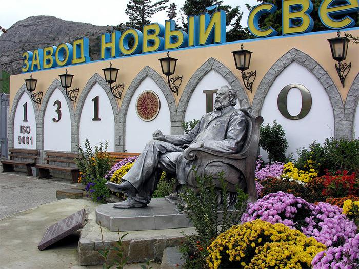 Памятник Л.С. Голицыну на территории завода «Новый Свет»