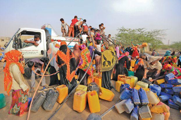 اليمنيون أمام واحد من خيارين: توفير الغذاء أو علاج الوباء