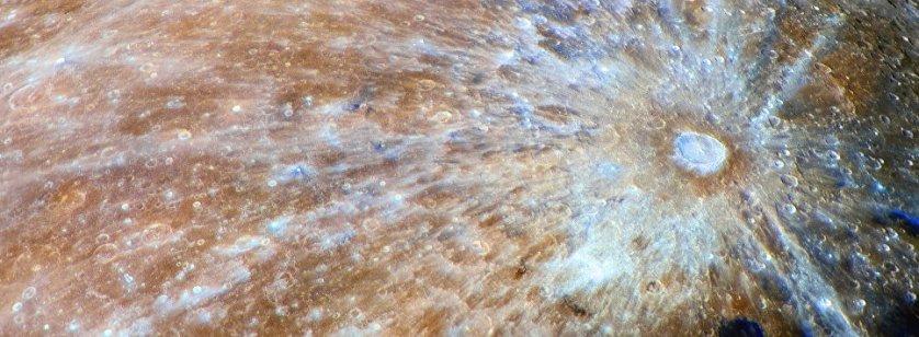 "Снимок фотографа Ласло Франциска из Венгрии ""Синий кратер Тихо"" (Blue Tycho), победивший в категории ""Наша Луна""."