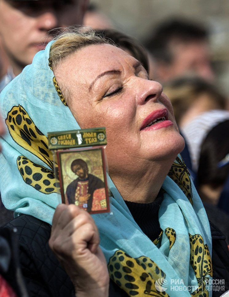 Верующие во время крестного хода.