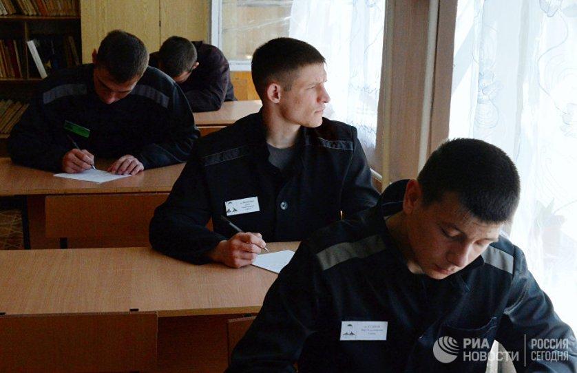 Заключенные во время выпускных экзаменов в вечерней общеобразовательной школе