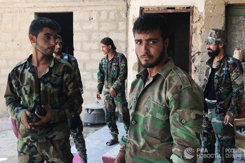 """Бойцы сирийской армии в сирийском городе Дейр-эз-Зор, где продолжаются боевые действия против террористической группировки """"Исламское государство""""*"""