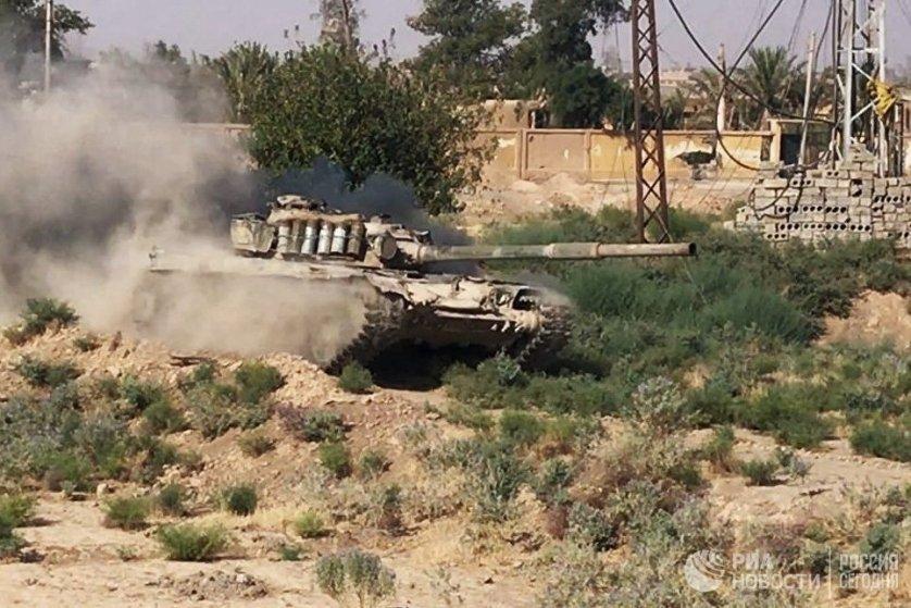 """Танк сирийской армии в городе Дейр-эз-Зор, где продолжаются боевые действия против террористической группировки """"Исламское государство""""*"""