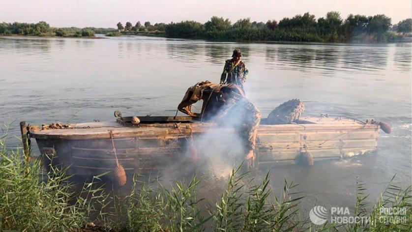 Бойцы сирийской армии во время подготовки к форсированию реки Евфрат в районе города Дейр-эз-Зор