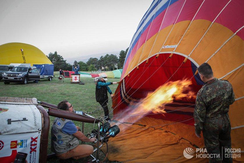 Подготовка воздушного шара к полету на фестивале воздушных шаров в Ставропольском крае.