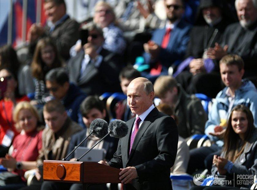Президент России Владимир Путин выступает на торжественной церемонии открытия празднований, посвященных Дню города, на Красной площади в Москве.