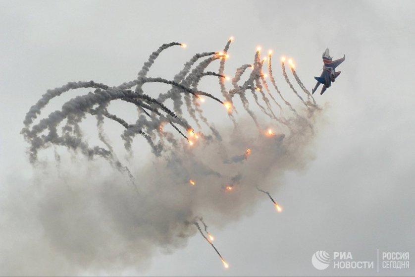 Многоцелевые истребители Су-30СМ во время Авиационно-спортивного праздника, посвященного 75-летию образования 4-й армии ВВС и ПВО, в Ростове-на-Дону.