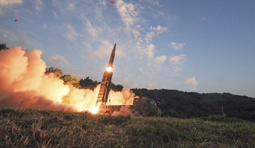Запуск баллистической ракеты Hyunmoo II во время совместных учений США и Южной Кореи.